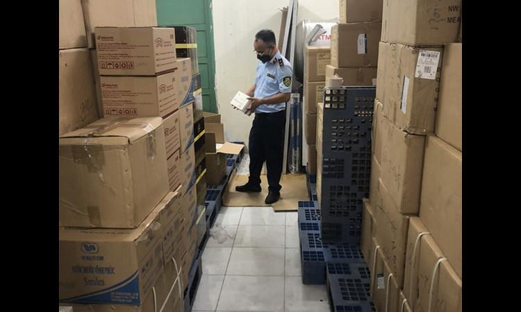 """TP HCM: Phát hiện kho khẩu trang """"khủng"""" trong khuôn viên cơ quan nhà nước"""