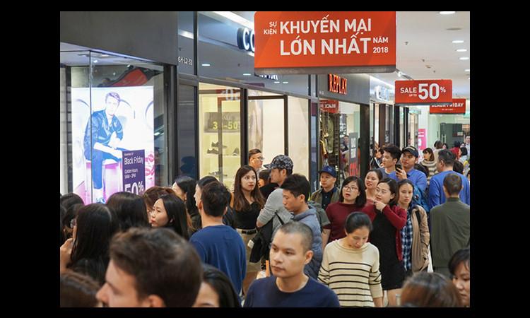 Người Sài Gòn ùn ùn kéo nhau đi mua sắm dịp Black Friday