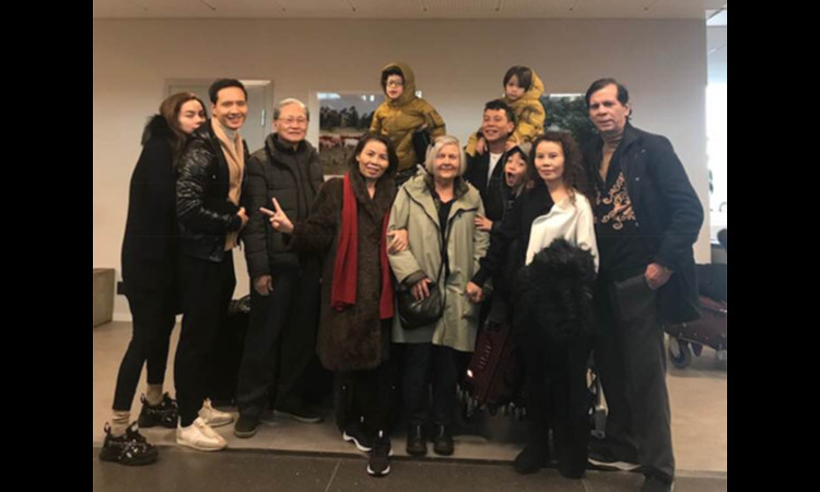 Mẹ Hà Hồ khen ngợi bố mẹ Kim Lý