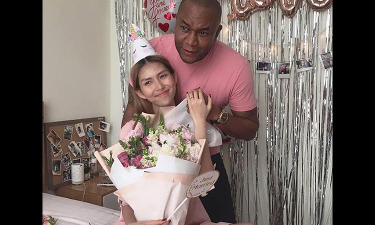 Thùy Dương Next Top được bạn trai tây cầu hôn ở tiệc sinh nhật