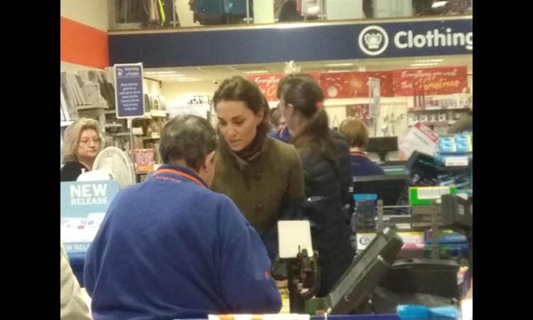 Kate dẫn hai con vào hàng giảm giá chọn quà Giáng sinh