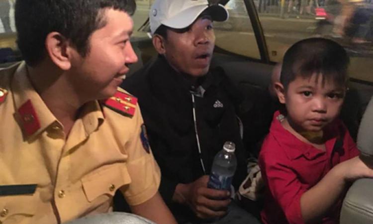 CSGT dùng xe đặc chủng chở bé đi lạc tìm người thân