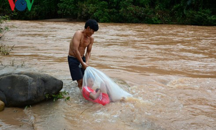 Lãnh đạo tỉnh Điện Biên lên tiếng vụ học sinh chui túi nilon vượt suối lũ