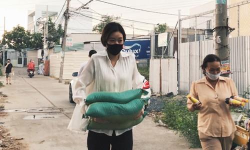 Hoa hậu Khánh Vân trao tặng 2 tấn gạo cho người nghèo