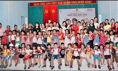 """Hơn 300 phụ huynh và trẻ em tham dự chương trình """"Sinh Con, Sinh Cha"""" đầu tiên tại miền Trung"""