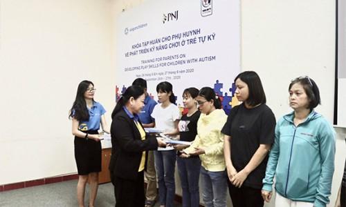PNJ trao tặng cho các phụ huynh bộ tài liệu hỗ trợ và phục hồi chức năng cho trẻ em tự kỷ tại Việt Nam