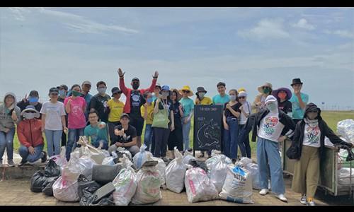Nhân viên The Body Shop thu gom 435 kg rác thải tại bãi biển Cần Giờ