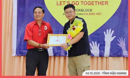 Lock&Lock trao tặng quà cho gia đình có hoàn cảnh khó khăn tại khu vực Đồng bằng sông Cửu Long