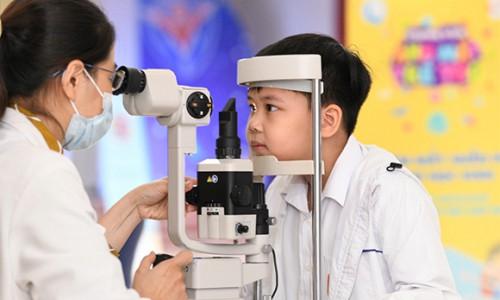 Prudential và Quỹ bảo trợ trẻ em tổ chức khám mắt cho học sinh tiểu học