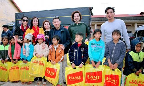 Doanh nhân, nghệ sĩ trao hàng trăm phần quà cho bà con nghèo tại tỉnh Đắk Nông