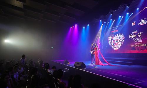 MC Quang Huy lịch lãm bên Ninh Hoàng Ngân khi cùng dẫn đêm Gala tôn vinh Trái tim nhân ái
