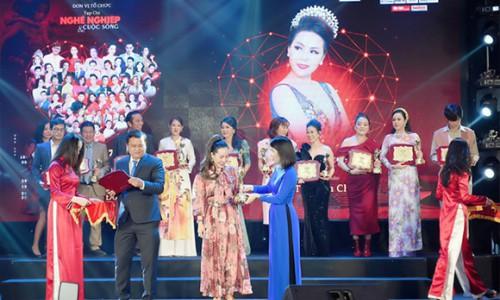 Phó Cục trưởng- Văn Phòng Chính Phủ trao danh hiệu Trái tim nhân ái cho Nữ hoàng doanh nhân Ngô Thị Kim Chi