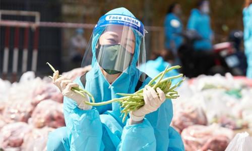 Hoa hậu, á hậu bốc vác hàng tấn rau củ tặng người dân TP.HCM