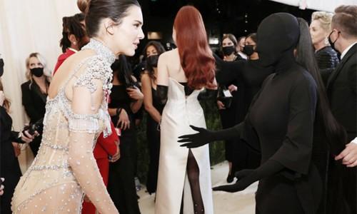 Kim Kardashian không nhận ra em gái vì trùm kín đầu