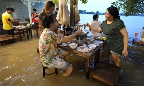 Hình ảnh gây chú ý về khách ăn uống giữa ngập lụt ở nhà hàng Thái Lan