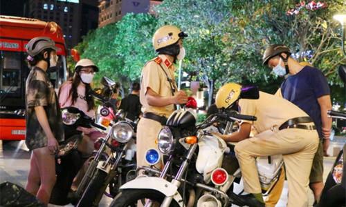 Tụ tập ở phố đi bộ Nguyễn Huệ, nhiều người bị lập biên bản