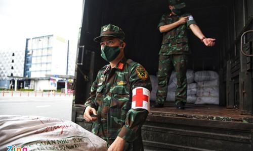 Hơn 1.000 lính quân y rời TP.HCM