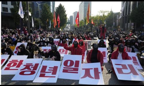 Người Hàn Quốc mặc đồ Squid Game, biểu tình ở Seoul