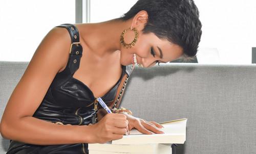 Hoa hậu H'Hen Niê ghi gì ở bìa cuốn sách về người Ê Đê?