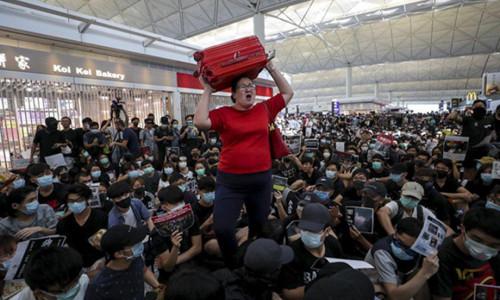 'Thất thủ' ngày thứ hai, sân bay Hong Kong hủy mọi chuyến bay đi