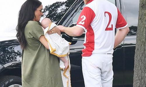 Meghan Markle gây tranh cãi khi lộ ảnh địu con