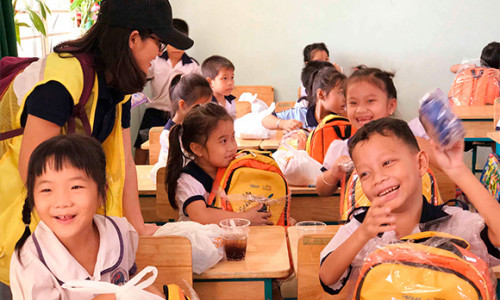 CapitaLand tặng quà cho 1000 em học sinh nhân ngày Nhà Giáo Việt Nam