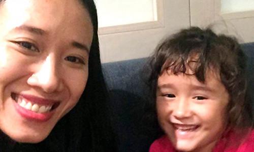 Người mẹ Việt đoàn tụ với con gái sau 4 năm sang Pháp kiện đòi