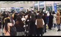 Người hâm mộ Hàn bị chỉ trích vì tụ tập đón thần tượng tại sân bay