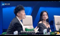 Nghệ sĩ Trung Quốc đeo khẩu trang trong suốt ghi hình
