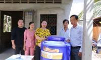 Ekip Bằng Kiều tặng nước ngọt cho bà con vùng hạn mặn Bến Tre