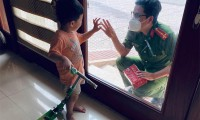 Chiến sĩ công an chia tay con qua cửa kính để đi chống dịch