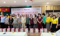 Sun Life Việt Nam trao tặng 537 thẻ bảo hiểm và 80 phần quà cho các hộ gia đình tại quận 4